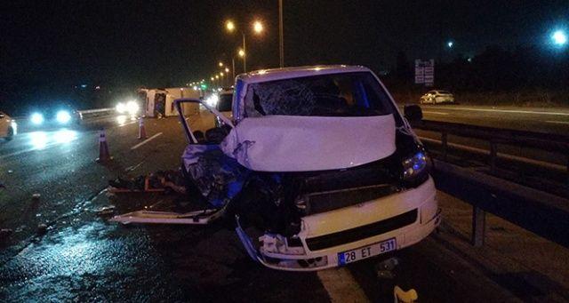 TEM Otoyolu'nda kamyon ile minibüs çarpıştı: 2'si çocuk 10 yaralı