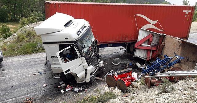 Tır ile kamyon çarpıştı: 1 ölü, 1 ağır yaralı