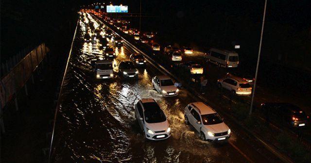 Trabzon'da şiddetli yağış sonrası yollar göle döndü