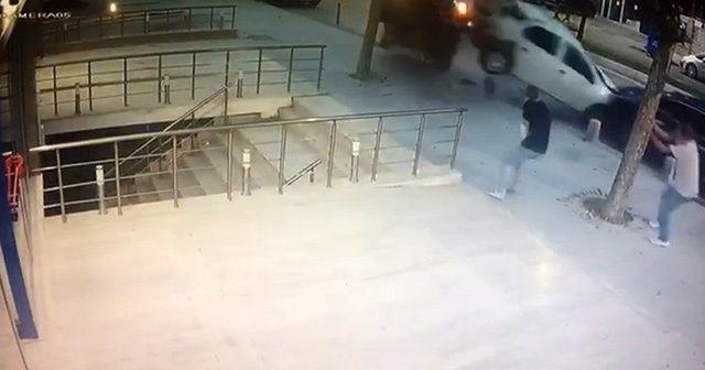 Üsküdar'da takla atan araç kaldırıma devrildi, yayalar son anda kurtuldu