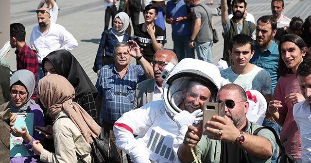 Üsküdar sahilinde bir astronot