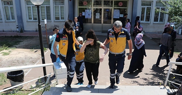 YKS esnasında bayılan öğrenci, sağlık görevlilerince hastaneye kaldırıldı