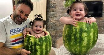 7 aylık bebeğini karpuzun için oturtarak serinletti