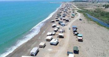 Antalya'da beş yıldızlı otellerin yanıbaşında kurdukları çardaklarda tatil yapıyorlar