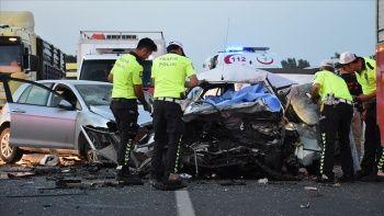 İzmir'de iki otomobil çarpıştı: 3 ölü, 1 yaralı