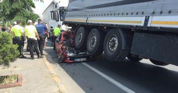 Otomobil tırın altına girdi: 3 yaralı