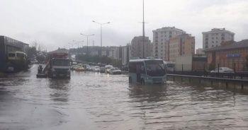 Pendik'te yoğun yağış nedeniyle araçlar mahsur kaldı
