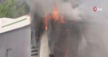 Sefaköy E-5 üzerinde seyir halindeki bir otobüs alev aldı
