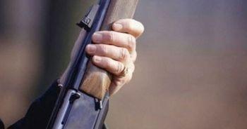 Tüfeği ile oynarken kendini ve anneannesini yaraladı
