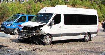 Tur minibüsüyle otomobil çarpıştı: 7'si turist 11 yaralı