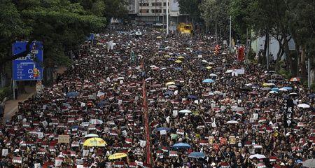 Hong Kong'da hükümetin geri adımına rağmen binlerce kişi yeniden sokaklarda