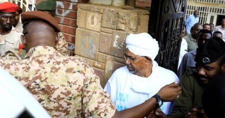 Sudan'ın devrik lideri Ömer el Beşir darbeden sonra ilk kez görüntülendi