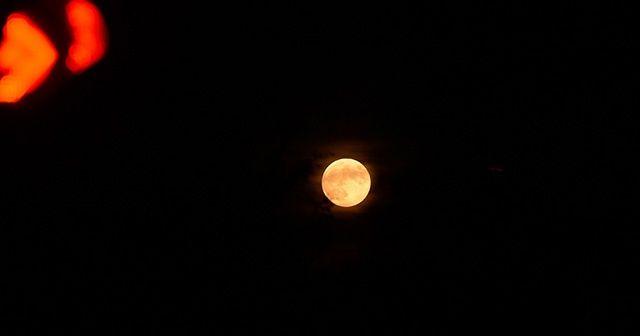 Ay, tutulma öncesi kızıla büründü