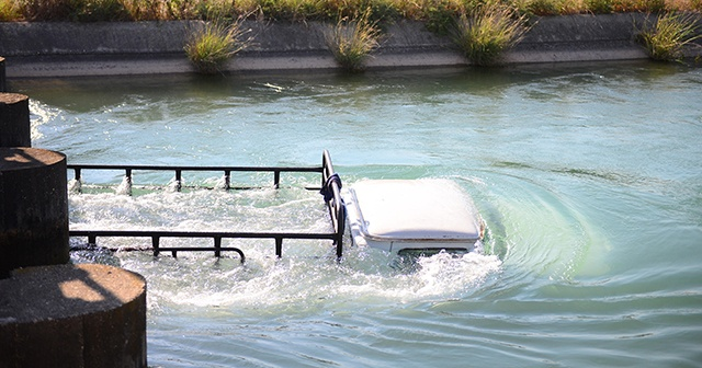 Adana'da hafif ticari araç ile çarpışan içinde 5 kişinin bulunduğu pikap sulama kanalına düştü. Suya düşenleri kurtarmak isteyen hafif ticari araç sürücüsü boğularak hayatını kaybetti ile ilgili görsel sonucu