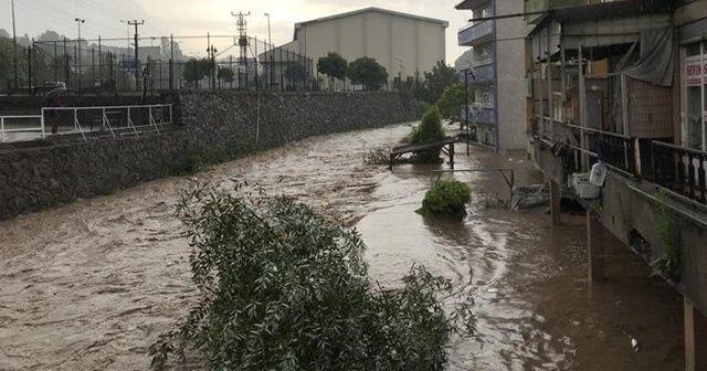 Ereğli'de dere taştı, ev ve iş yerlerini su bastı