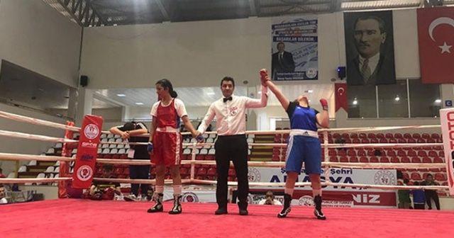 Kolundan sakatlanan kadın boksçu şampiyonluğu bırakmadı