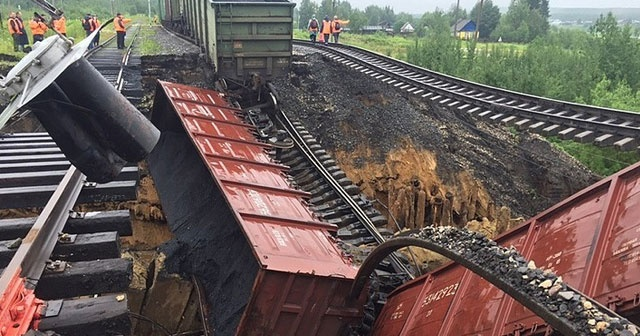 Menfez çöktü, yük treni raydan çıktı