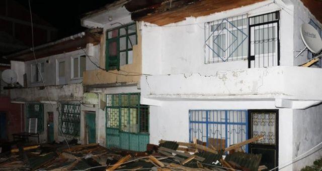 Şiddetli fırtına evlerin çatılarını uçurdu