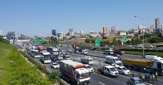 TEM Otoyolu'ndaki zincirleme kaza trafiği kilitledi