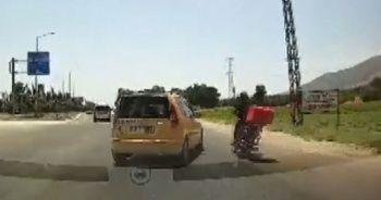 Taksinin sıkıştırdığı motosikletli ölümden kıl payı kurtuldu