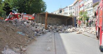 Üsküdar'da taş yüklü hafriyat kamyonu yola devrildi