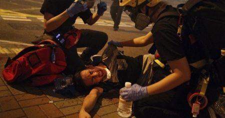 Hong Kong'da protestoculara çete saldırısı: 45 yaralı