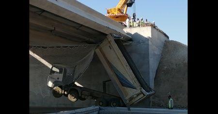 İzmir'de damperi açık kalan kamyon viyadüğe çarptı: 1 yaralı