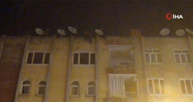 Eşiyle tartışan adam çatıya çıkıp itihara kalkıştı