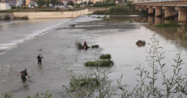 Eşiyle tartıştı, nehre atladı