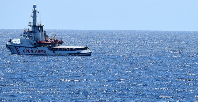 Günlerdir Akdeniz'de bekleyen sığınmacılar son çare denize atladı