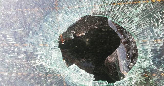 Havadan düşen yorgun mermi otomobilin camına zarar verdi