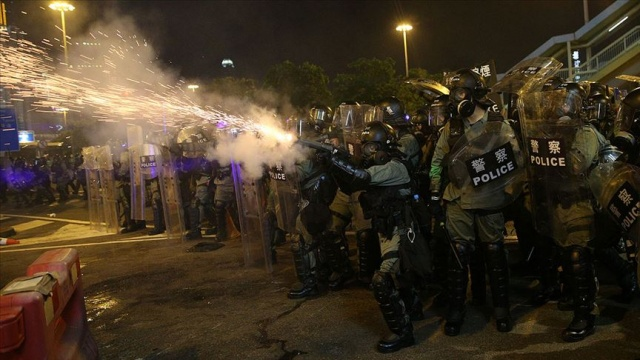 Hong Kong'daki protestolarda polisten göz yaşartıcı gazla müdahale