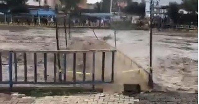 Köprü sel sularına dayanamadı
