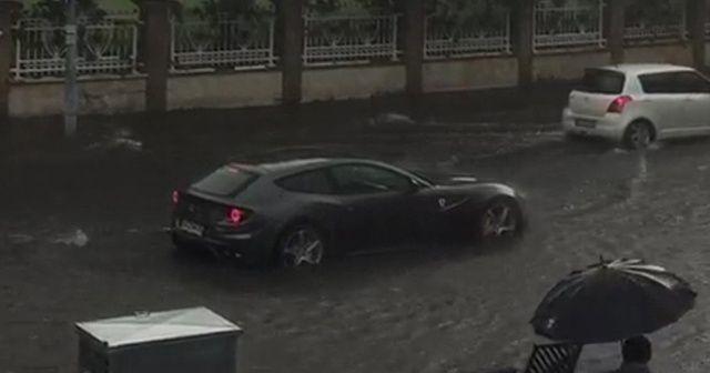 Milyon liralık Ferrari su birikintisinde böyle mahsur kaldı