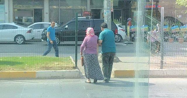 Minibüsünü bırakıp yaşlı yolcusunun yardımına koştu