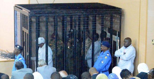 Sudan'ın eski lideri ilk ifadesini kafeste verdi