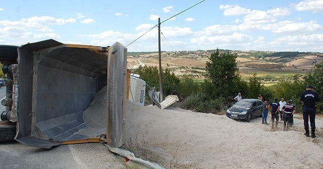 Tekirdağ'da hafriyat kamyonu devrildi