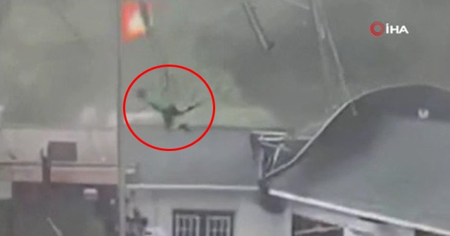 Tenteye tutunan genç çatıya kadar uçtu
