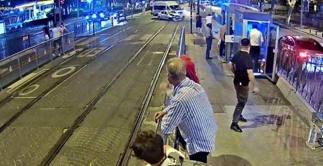 Tramvay yolundaki iki otomobil kafa kafaya çarpıştı