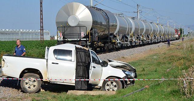 Yük treni DSİ'nin aracına çarptı