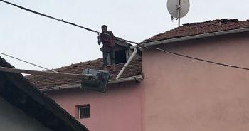 Elinde baltayla çatıya çıkan adam aşağı düştü