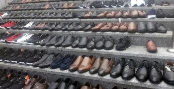 Eminönü'nde esnaf ayakkabıları merdivenlere serdi