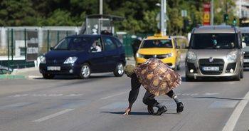 Kaplumbağa kostümlü tiyatrocu yaya geçidinde sürücülerin dikkatini çekti