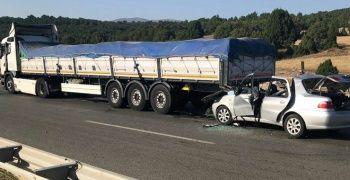 Otomobil tıra çarptı: 2 ölü, 4 yaralı
