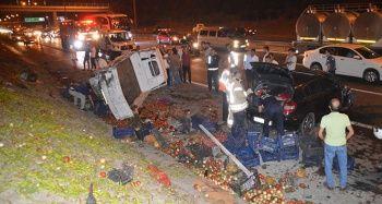 TEM'de otomobil sebze yüklü kamyon ile çarpıştı, 2 kişi yaralandı