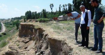 Toprak kayması tarihi mezarlığı açığa çıkarttı