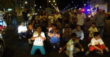Trafik kazası sonrası çocuklar yolu trafiğe kapattı