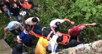 Virajı alamayan otomobil uçuruma yuvarlandı