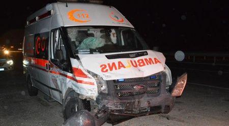 Ambulansla hafif ticari araç çarpıştı, yaralılar var