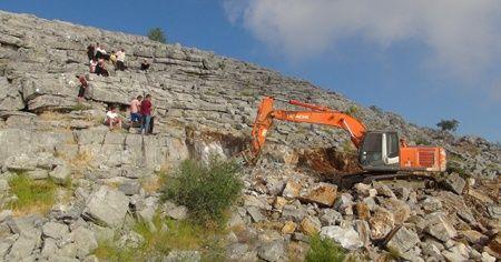 Antalya'da saatler süren kurtarma operasyonu: Yarığa sıkışan oğlak için dağları deldiler